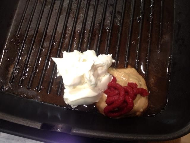 Para hacer una salsa para la carne he añadido un chorrito de vinagre balsámico, 1 cucharadita de mostaza de Dijon, puré de tomate 1 cucharadita, 1 cucharada de queso crema bajo en grasa y revolví todo junto