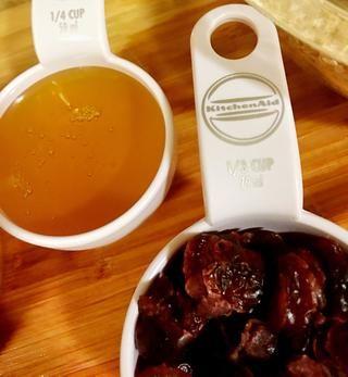 1/4 taza de miel. Usted puede aumentar a 1/2 taza si usted está alimentando a los más caprichosos que responden a los alimentos dulces.