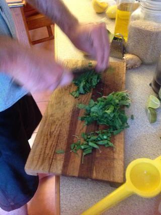 Picar un poco de cilantro.