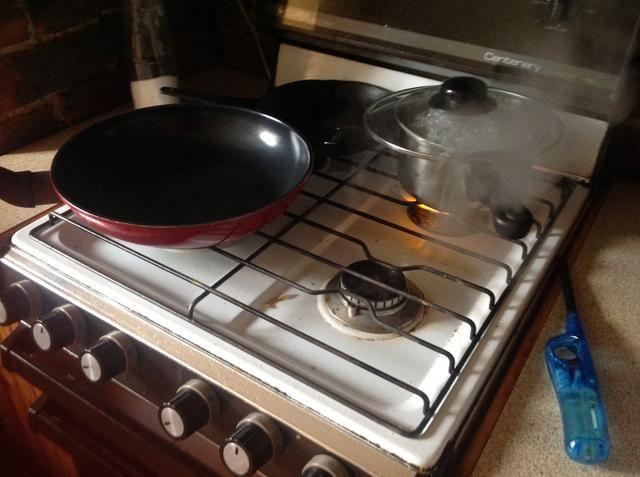 Empezar a cocinar el arroz. Se utilizó un bote, pero no dude en utilizar una olla de arroz. Calentar la sartén.