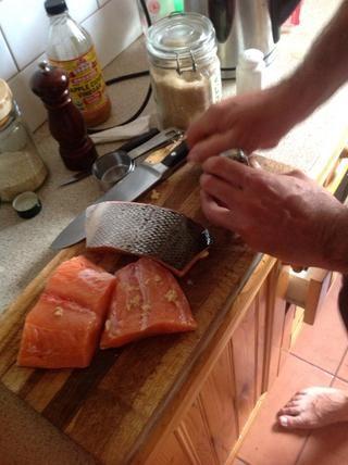 Rallar un poco de ralladura de limón sobre el salmón.