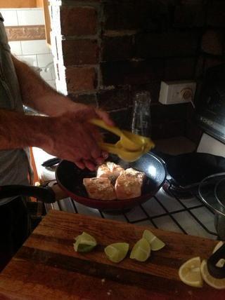 Exprimir los limones sobre el salmón.
