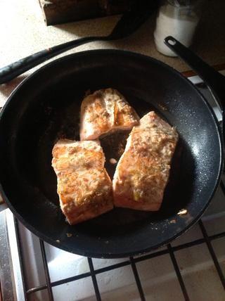 Deje que el salmón absorber los jugos.