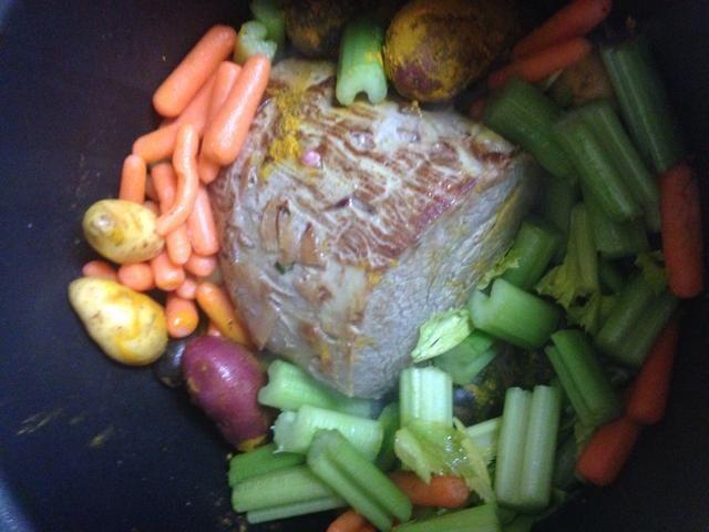 Agregue las papas, el apio, las zanahorias.