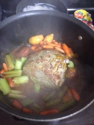 Añadir la pasta de tomate y 2 tazas de agua hirviendo. Poner a fuego lento medio durante una hora.
