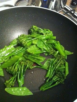 Añadir 2 cucharadas de agua en el wok y revuelva freír las verduras por un minuto.