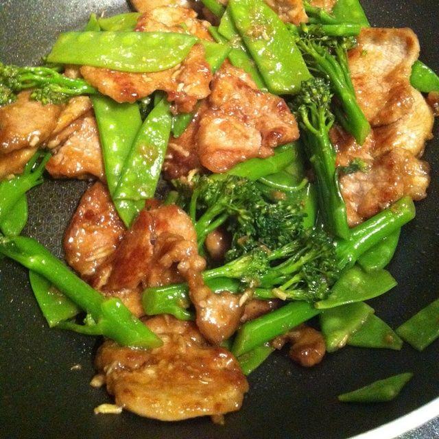 Regrese la carne de cerdo a la sartén y añadir en su soja / jengibre / salsa de ajo y 2 cucharadas más de agua. Revuelva freír durante dos minutos