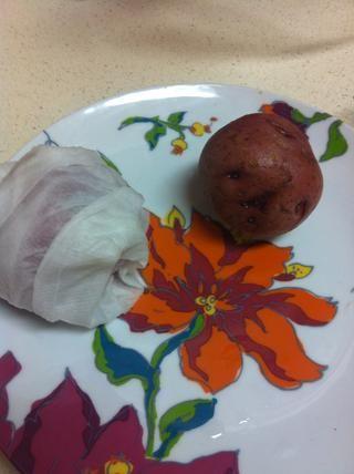 Envuelva la patata en una toalla de papel húmeda