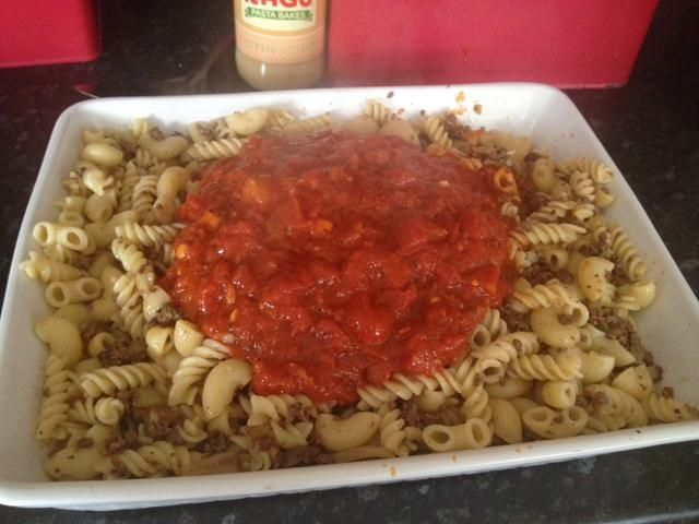 Ahora, agregue los tomates para el plato de pasta.