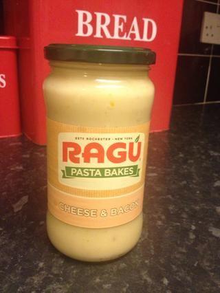 Ahora abra el frasco de salsa de queso.
