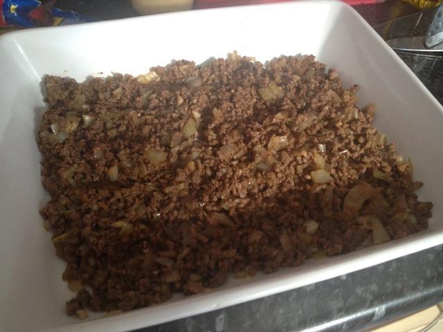 Ponga la carne picada en su plato de pasta. Minas un plato pastel pero funciona igual de bien :)