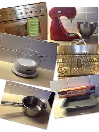 Equipo: Horno, estufa, licuadora, pastel de estaño, cacerola, escalas, tamiz, papel de hornear y una espátula.