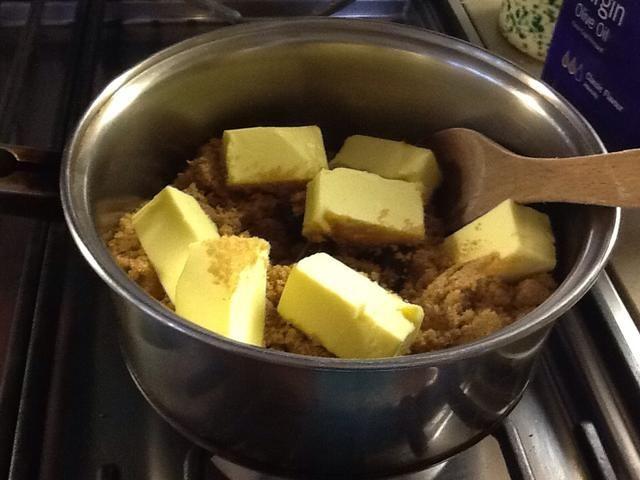 Derrita la mantequilla, el azúcar y el chocolate con suavidad en una olla en la estufa a fuego lento, removiendo con una cuchara de madera.