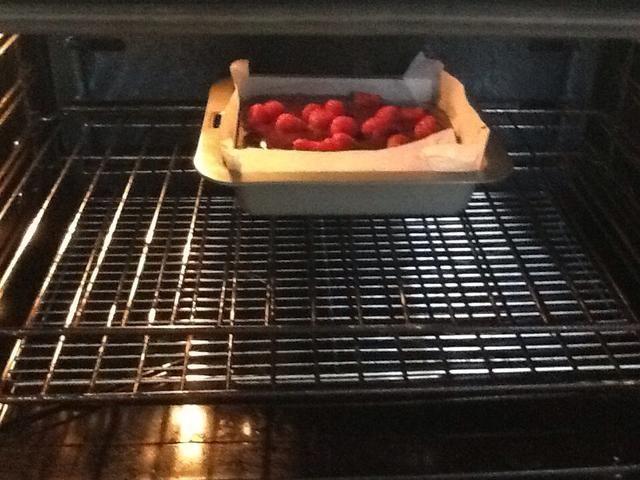 Ponga el brownie en el horno durante 30 minutos o hasta que esté cocido y probado con pincho.
