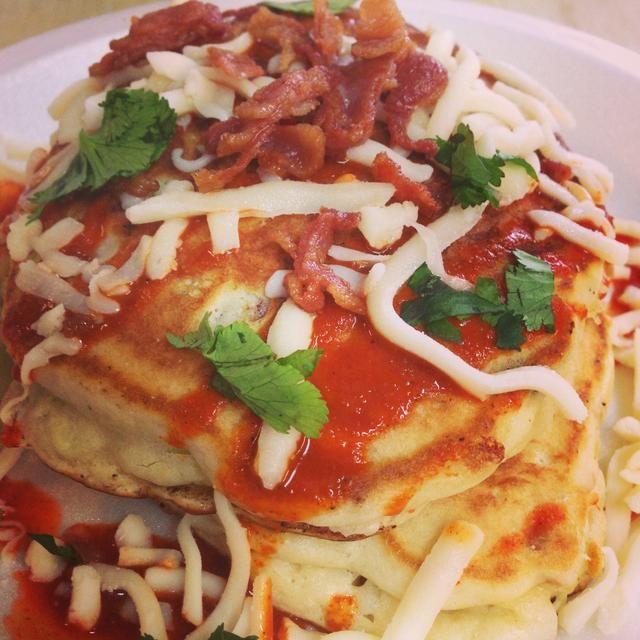 Apila tu panqueque, rociar con tapatío y el queso más tocino desmenuzado y servir mientras's hot.