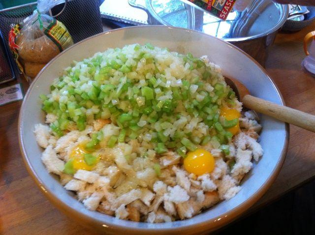 Añadir los huevos y las verduras cocidas al pan.