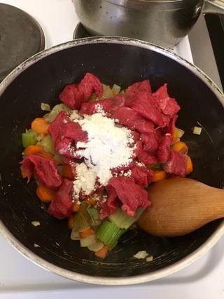 Añadir la carne y la harina