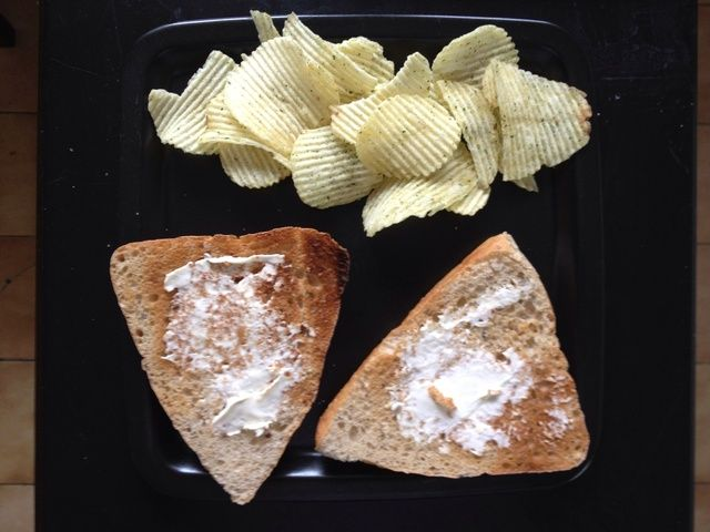 Tostar el pan y poner un poco de queso crema en. Agregue un poco de patatas fritas en el lado, trata de no comer todos ellos antes de que la comida está lista!