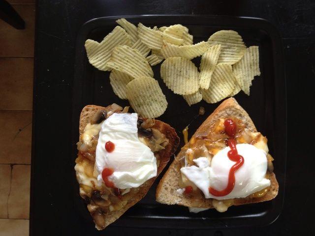 Coloque los huevos escalfados en la parte superior y añadir un poco de salsa de tomate
