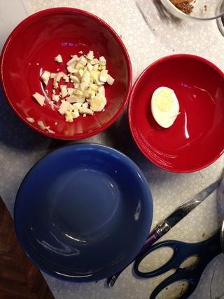 Picar halfegg a ur taza de sopa. Mi hijo prefiere un huevo entero.