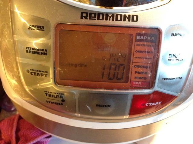 Coloque las papas en un 3-l sartén o, en mi caso, a un multicooker. Vierta 2 litros de agua hervida sobre ellos. Encienda el calor o poner ur multicooker a un modo de sopa