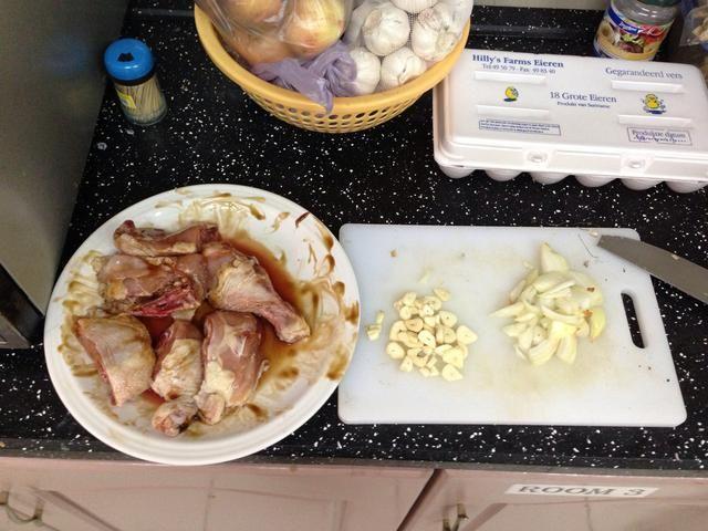 Prepare el ajo y la cebolla.