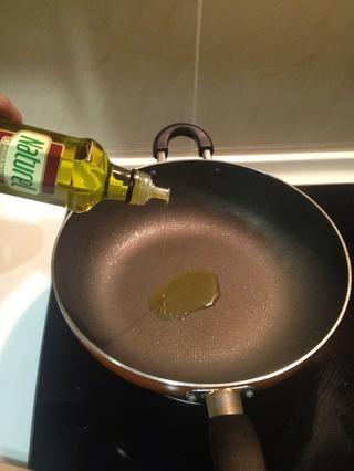 Calentar unos 3 cucharadas de aceite de oliva en la misma sartén.