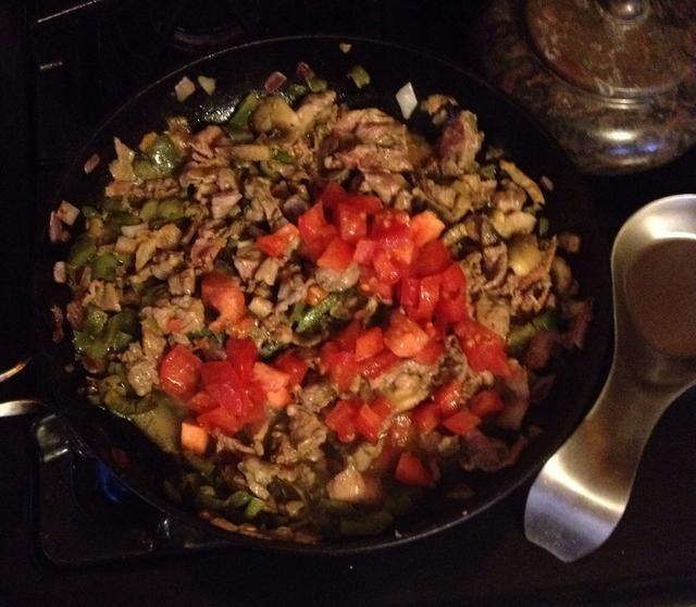 Agregue los tomates. Tape y cocine a fuego lento durante 5-10 minutos. Esto permite que todos los sabores se mezclen y carne para obtener licitación.