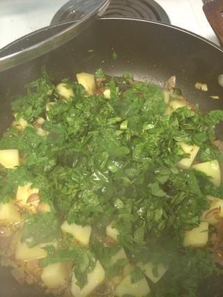 Añádelo a las patatas junto con poca agua y cocine a fuego lento hasta que estén cocidas las hojas y las patatas y no más agua hay. Don't forget to add your salt.