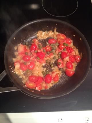 Una vez que la cebolla se dore, añadir las alcaparras y el vino blanco y cocinar por 3 minutos más