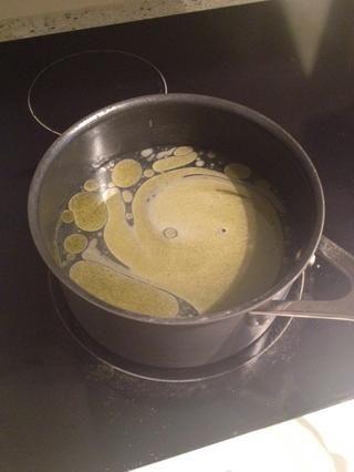 Traer el agua a hervir en una olla. Añadir una pizca de sal y una cucharada de aceite de oliva