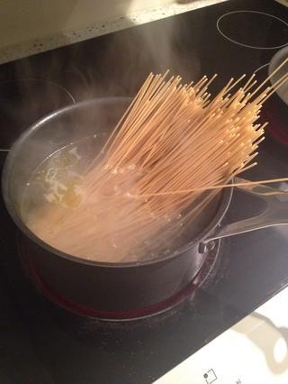 Una vez que el punto de ebullición inicial de agua, añadir la pasta (yo usé pasta sin gluten)