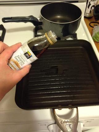 Ponga 1 cucharada de aceite de sésamo en una sartén y baje el fuego del horno alto.