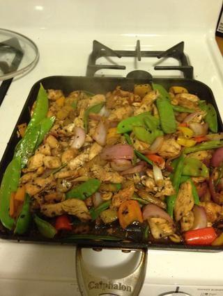 Después de un minuto, todo str juntos y terminar de cocinar por un minuto o hasta que el pollo esté bien cocido.