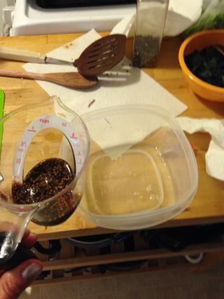 Mida 1/4 taza de teriyaki y añadir al jugo de piña.