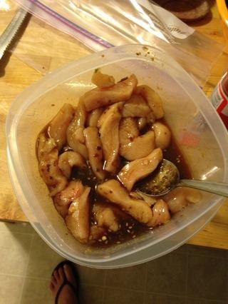 Usted Cortar el pollo en tiras y dejar que el adobo de pollo durante al menos 5 minutos.