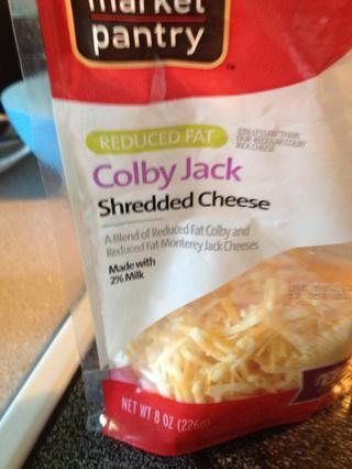 Cuando hay alrededor de un minuto en el reloj, añadir el queso. También he añadido un toque de sal en la parte superior del queso.