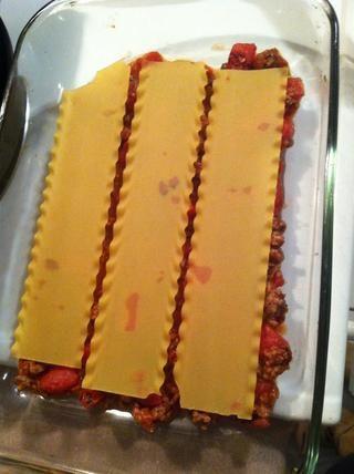 Entonces la capa 3 fideos más de su salsa.