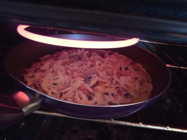 Precaliente el horno a asar a la parrilla y establecer uno de los bastidores interior hacia el punto más alto. Hielo el horno está caliente, tostadas la parte superior de la tortilla en el elemento.