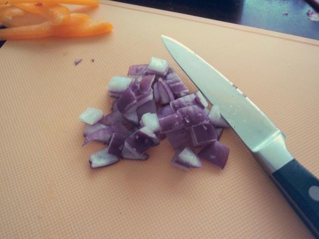 Picar la cebolla roja en pequeños cubos y reservar.