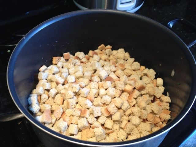 Añadir suficientes cubos de pan para cubrir bien la mezcla.
