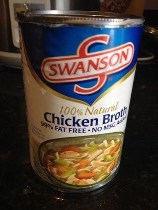 Añadir entre media taza y una taza llena de caldo de pollo (o caldo de verduras) a la mezcla. Los cubos de pan debe estar húmedo pero no mojado.