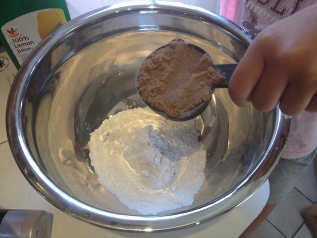 Añadir el azúcar morena 1/3 taza