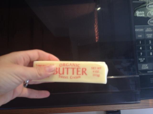 Ablande la mantequilla. No dejes que se ponga demasiado suave o la miga relleno será demasiado blanda
