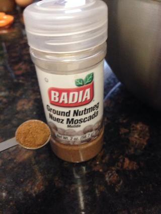 1/4 cucharadita de nuez moscada molida, añadir a los ingredientes secos.