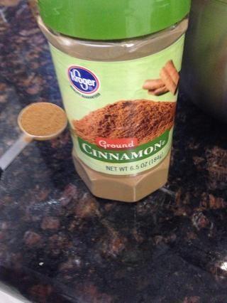 1/2 cucharadita de canela en polvo a los ingredientes secos.