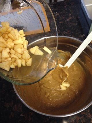 Continuar mezclando la masa y último va a agregar en las manzanas crudas.