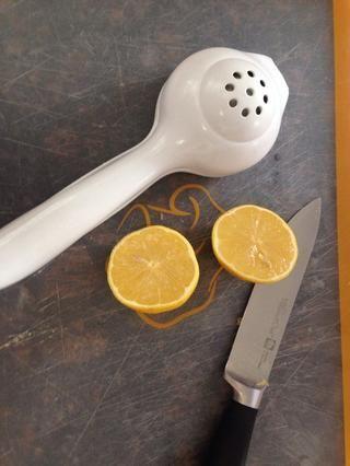 Cortar un limón fresco en medio.
