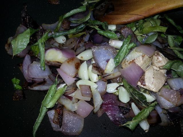 Ahora agregue el ajo, el jengibre, el secado de chile rojo (opcional) y hojas de curry y continúan para freír.