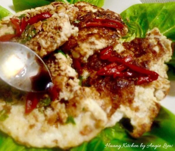 Dish arriba sobre un plato para servir y verter la salsa por encima. Adorne con corte de chile rojo y verde lechuga antes de servir.